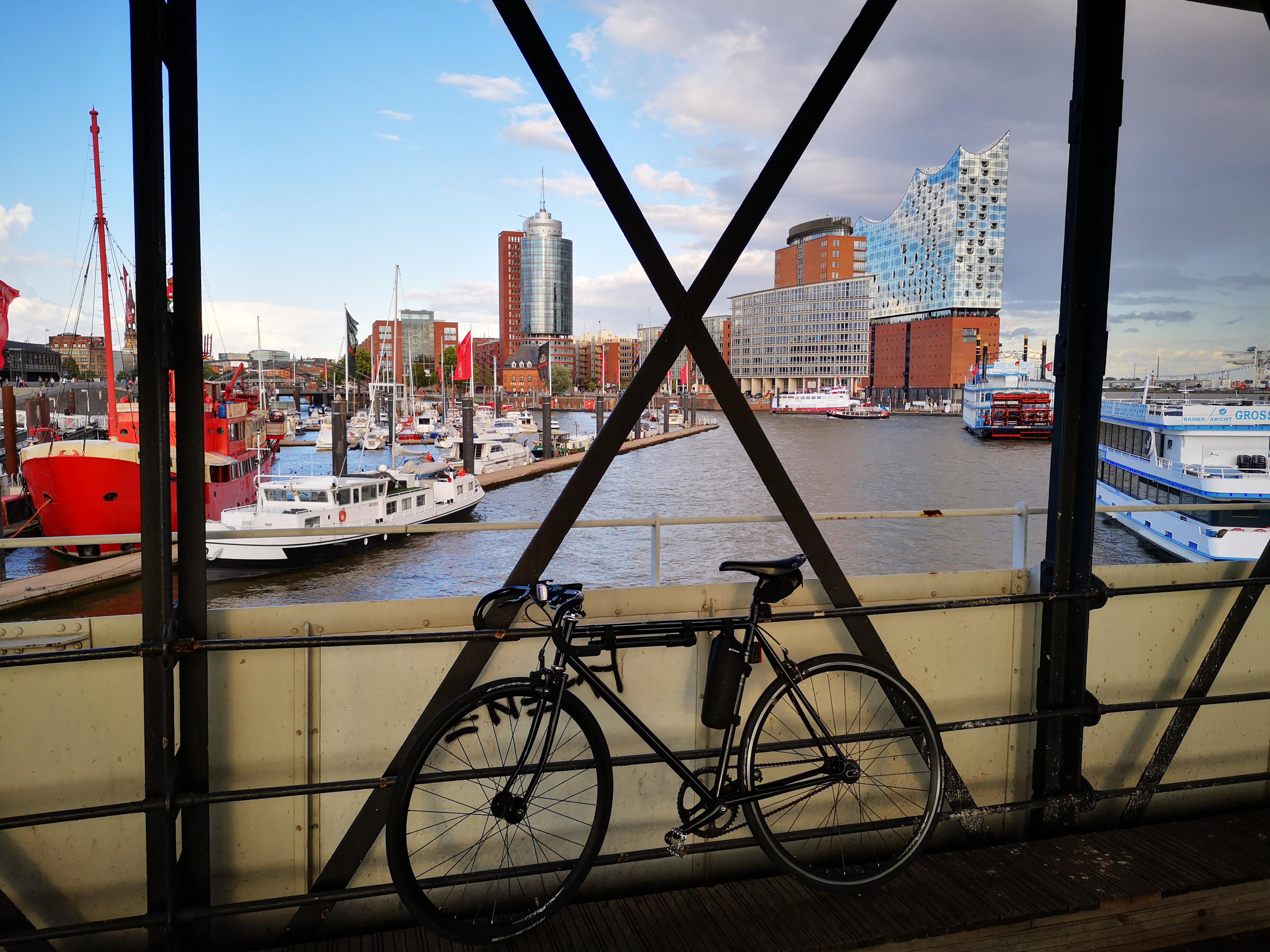 Fuji-Feather, Fujibikes, auf den Landungsbrücken in Hamburg vor der Elbphilharmonie