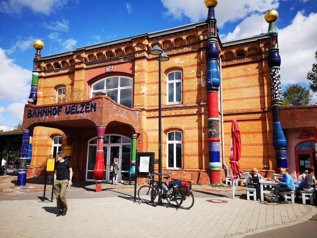 Der Bahnhof in Uelzen von dem Maler Friedensreich Hunderwasser